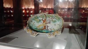Bandeja cerámica con escena de lucha entre animales. Museo Ruiz de Luna. Talavera de la Reina. Toledo.
